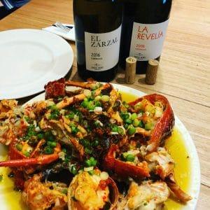 plato de marisco, bogabante con dos botellas de vino godello