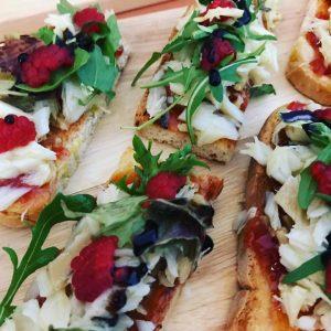 tostas con rúcula, parmesano, tomate, frambuesas y más