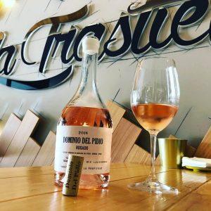 botella de dominio del pidio rosado con una copa