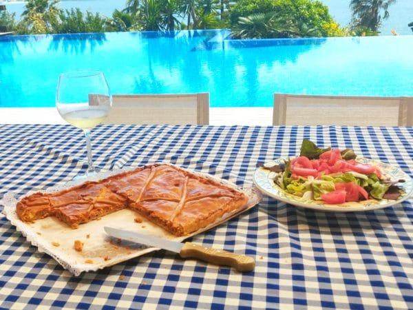 empanada de bonito de la trastienda sanxenxo con una ensalada y vistas a la piscina