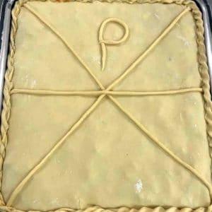 empanada gallega de pulpo a punto de hornearse
