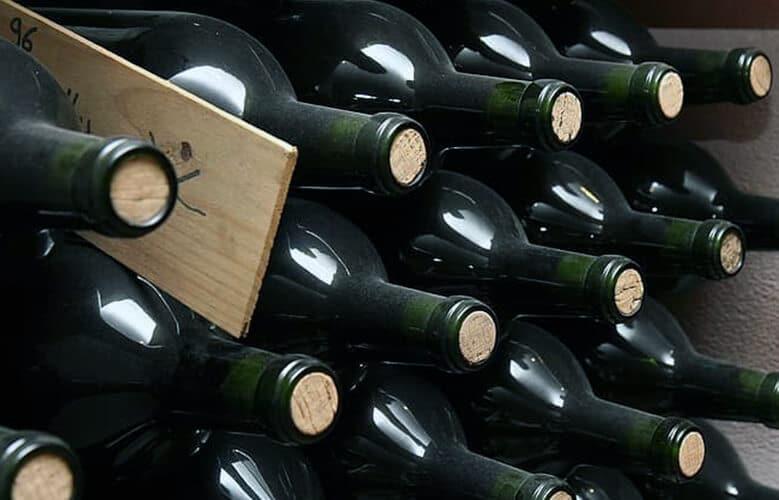 botellas de vino apiladas recien embotelladas