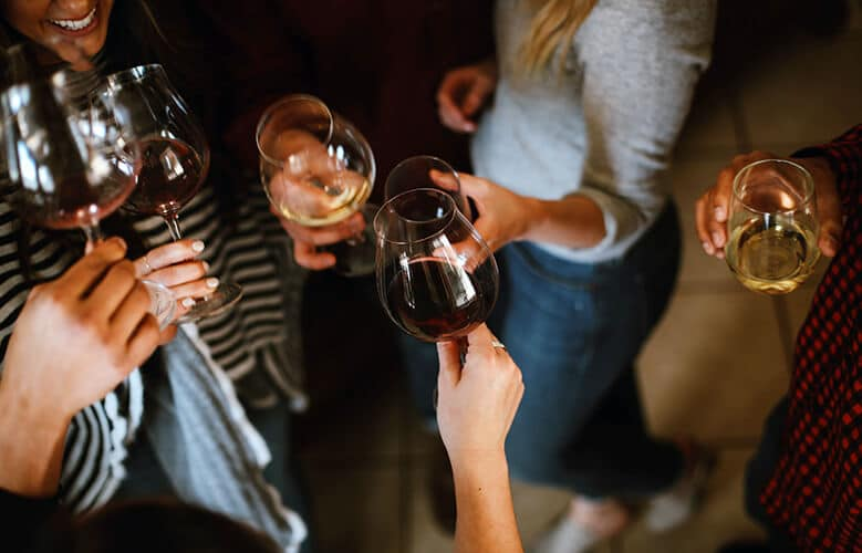 grupo de gente con copas de vino blanco y tinto