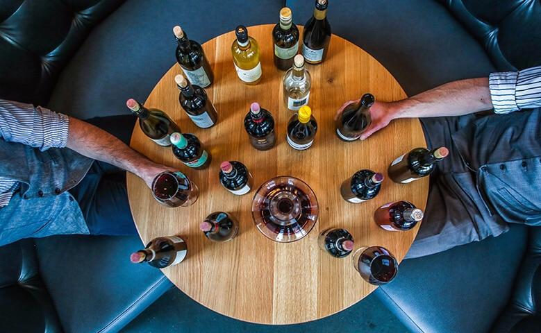 mesa vinos blancos tintos