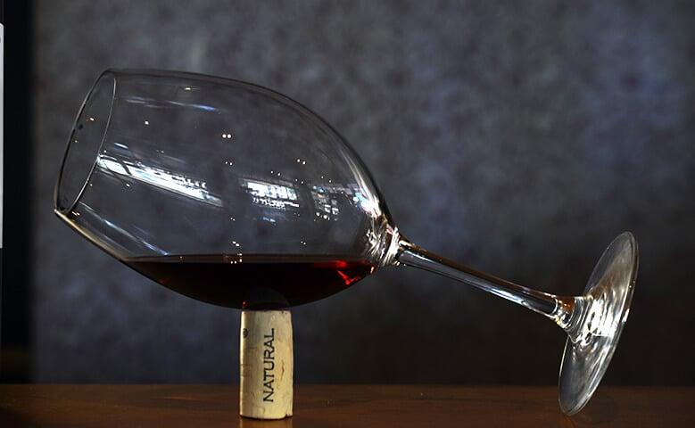copa de vino tinto y un corcho